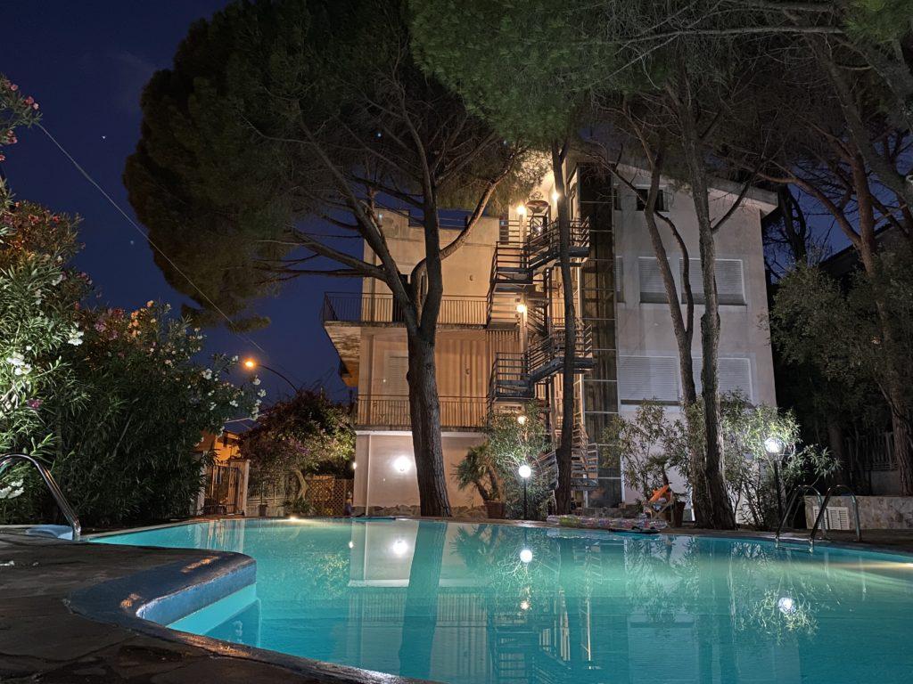 piscina villa emilia foto notturna