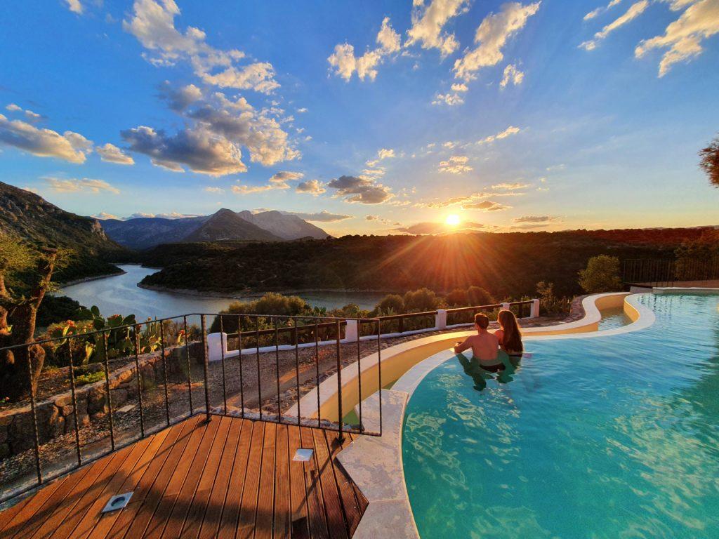 piscina a sfioro villa cedrino hotel